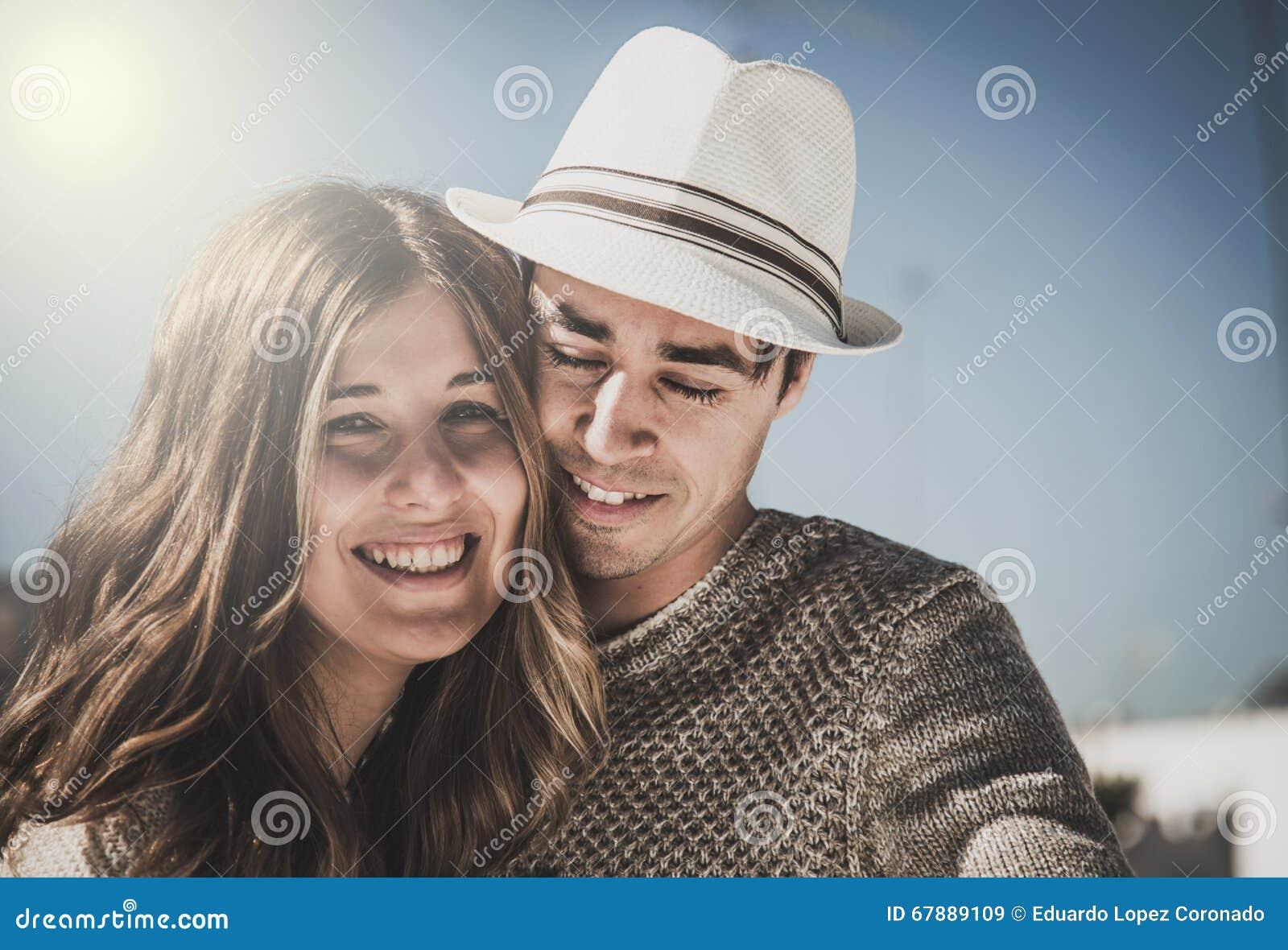 Glimlachend paar die camera bekijken
