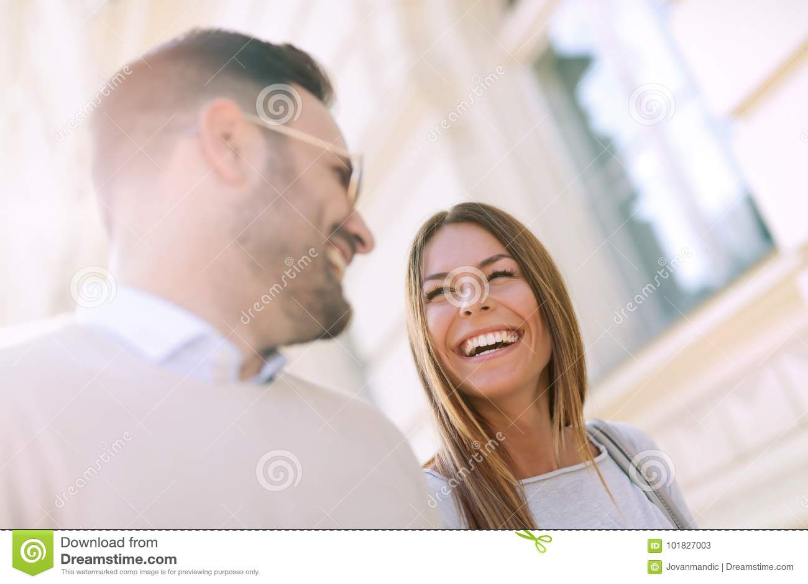 Glimlachend paar in liefde in openlucht
