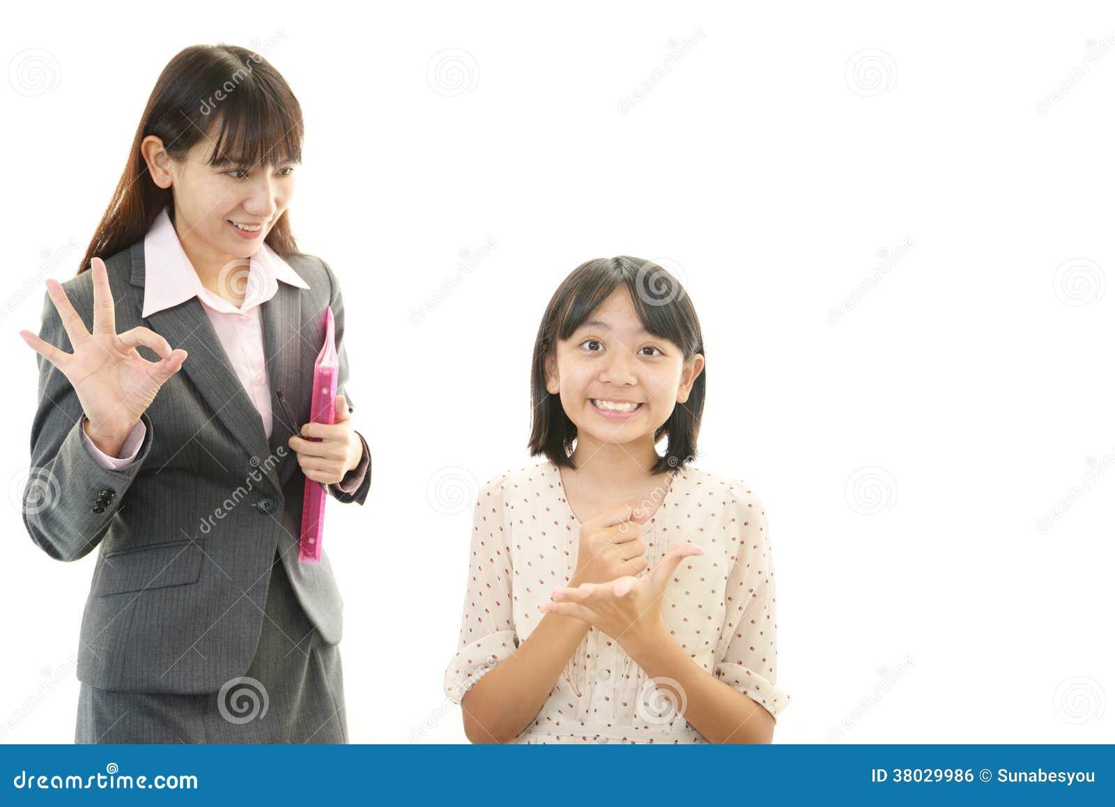 Glimlachend tienermeisje met leraar