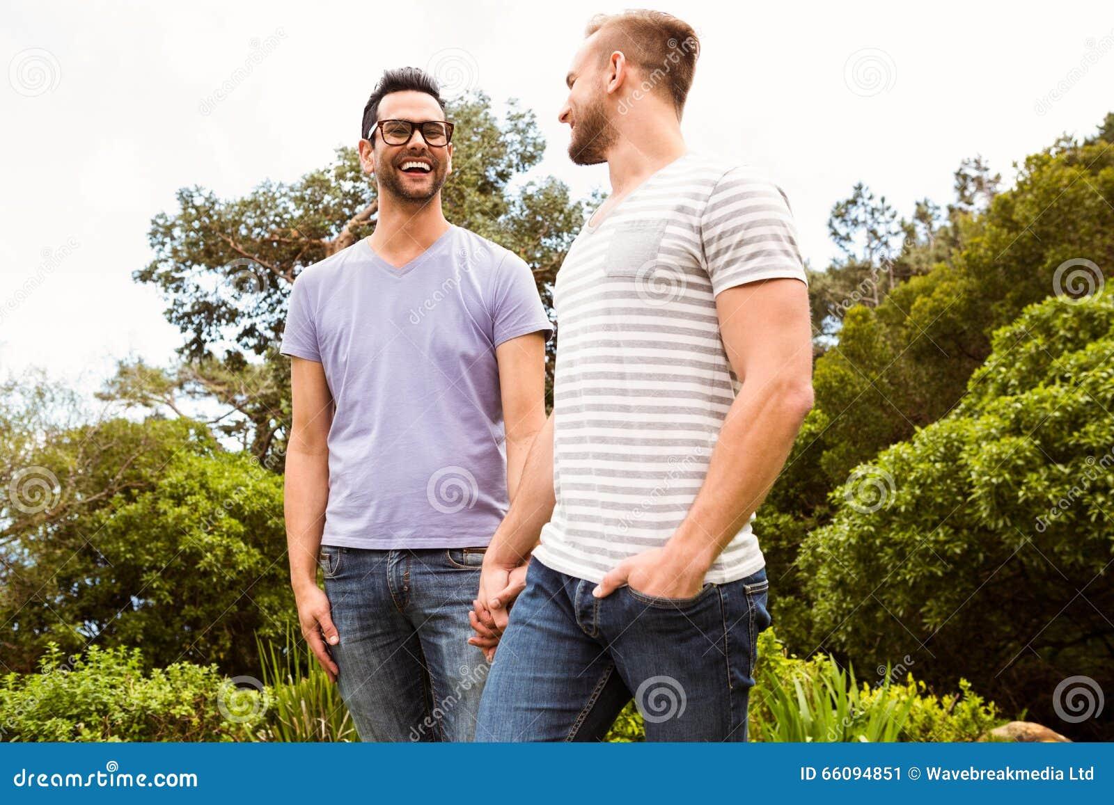 Glimlachend vrolijk paar die elkaar bekijken