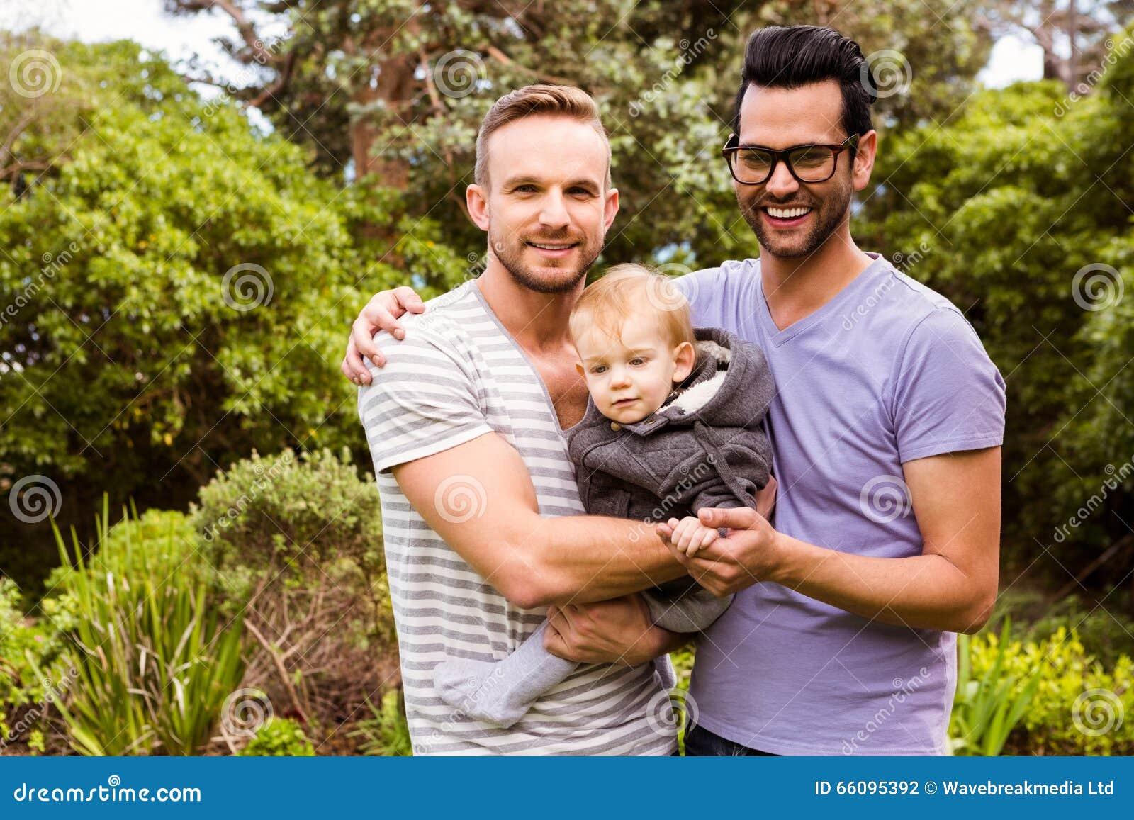 Glimlachend vrolijk paar met kind