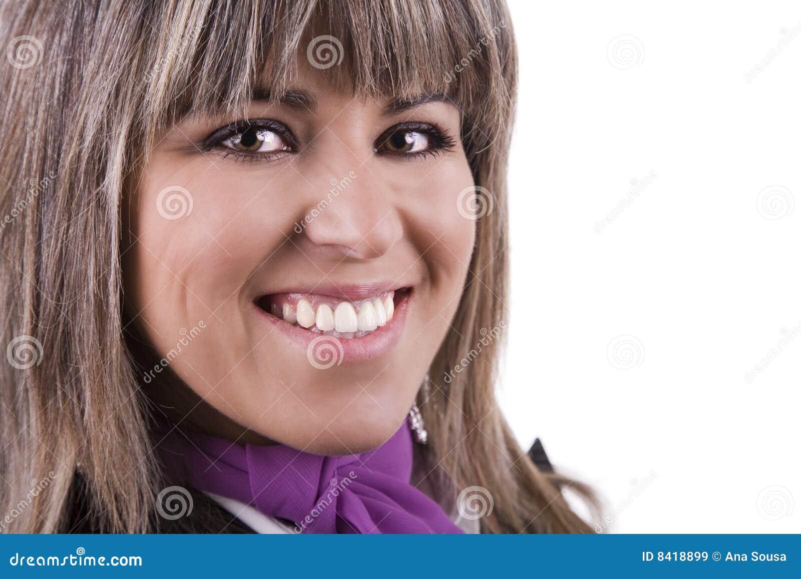 Glimlachende aantrekkelijke vrouw
