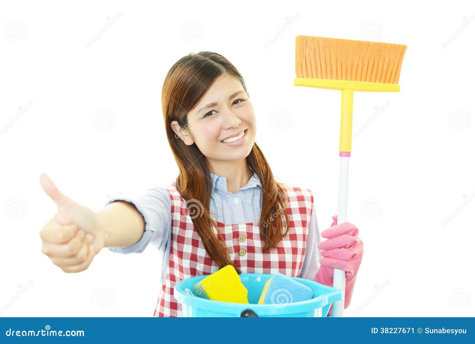 Glimlachende Aziatische huisvrouw