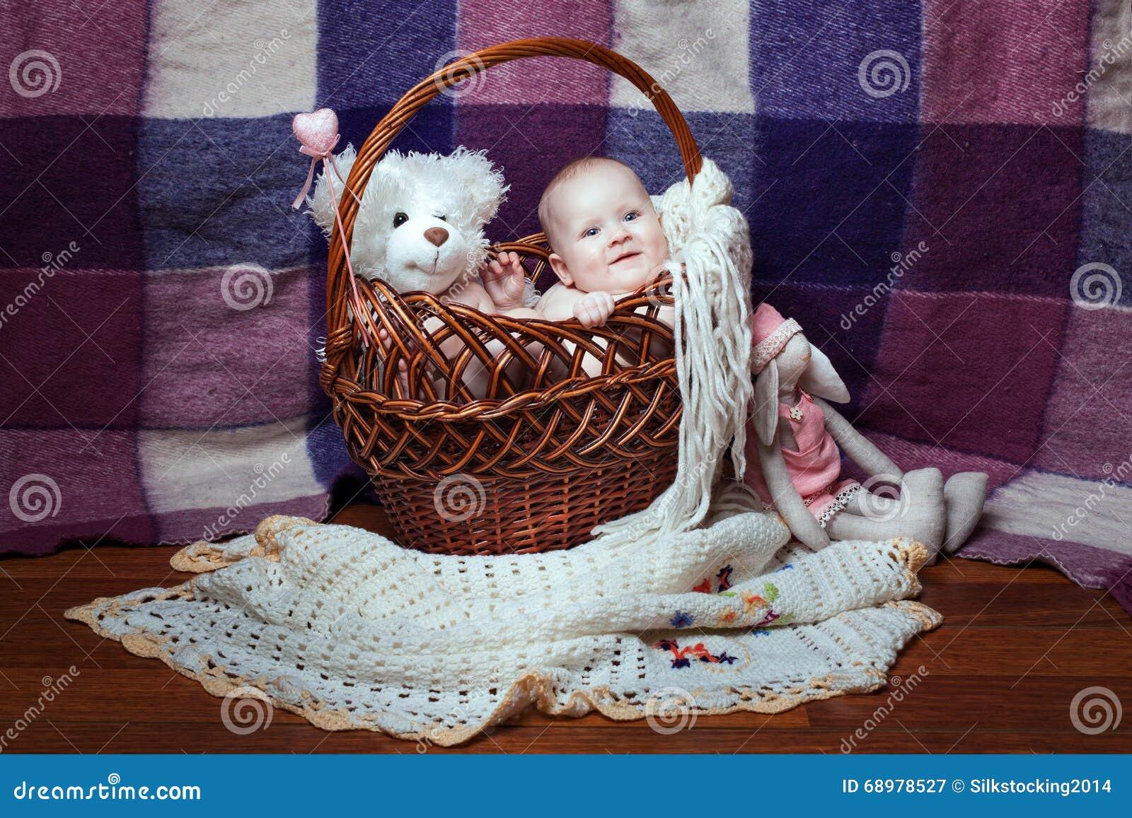 Glimlachende baby in een mand