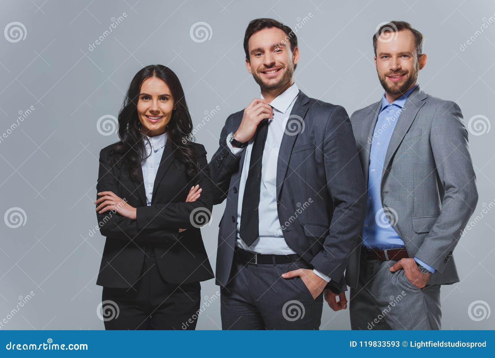 Glimlachende bedrijfscollega s die camera bekijken