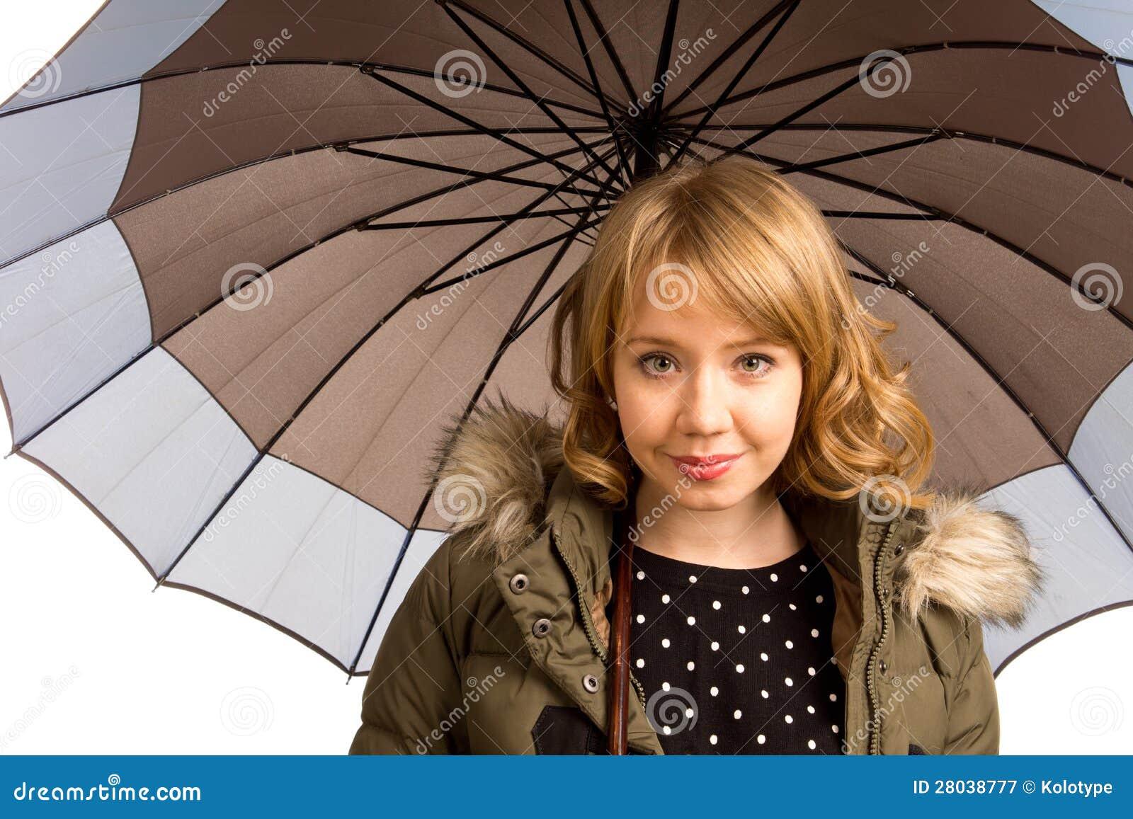 Glimlachende blondetiener onder een paraplu