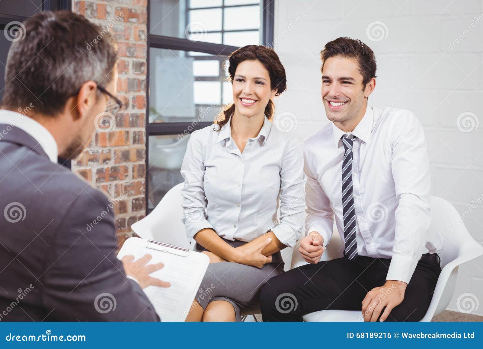 Glimlachende collega s die met bedrijfsberoeps bespreken