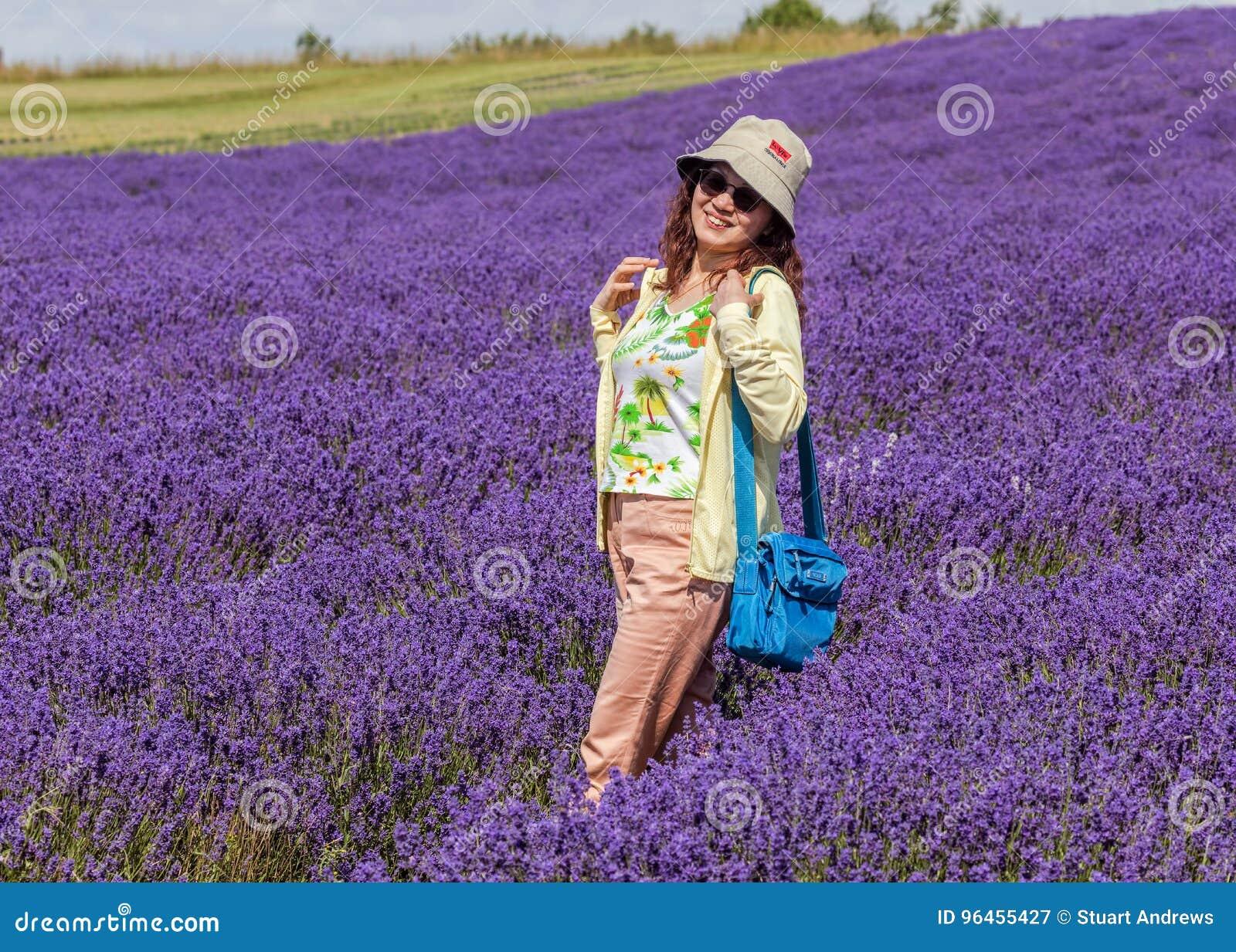 Glimlachende Dame op Lavendelgebied, Worcestershire, Engeland