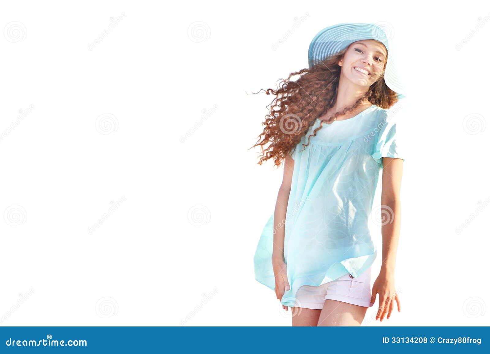 Glimlachende die vrouw over witte achtergrond wordt geïsoleerd