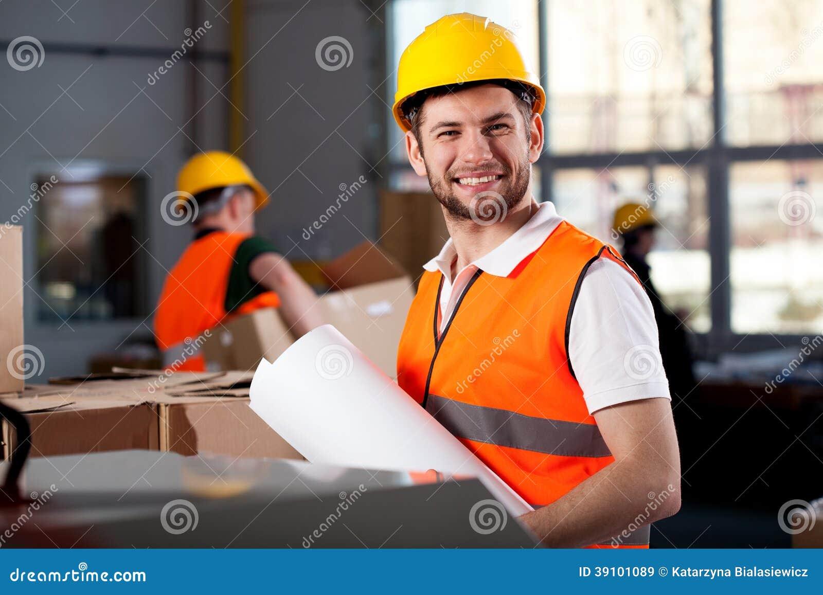 Glimlachende fabrieksarbeider