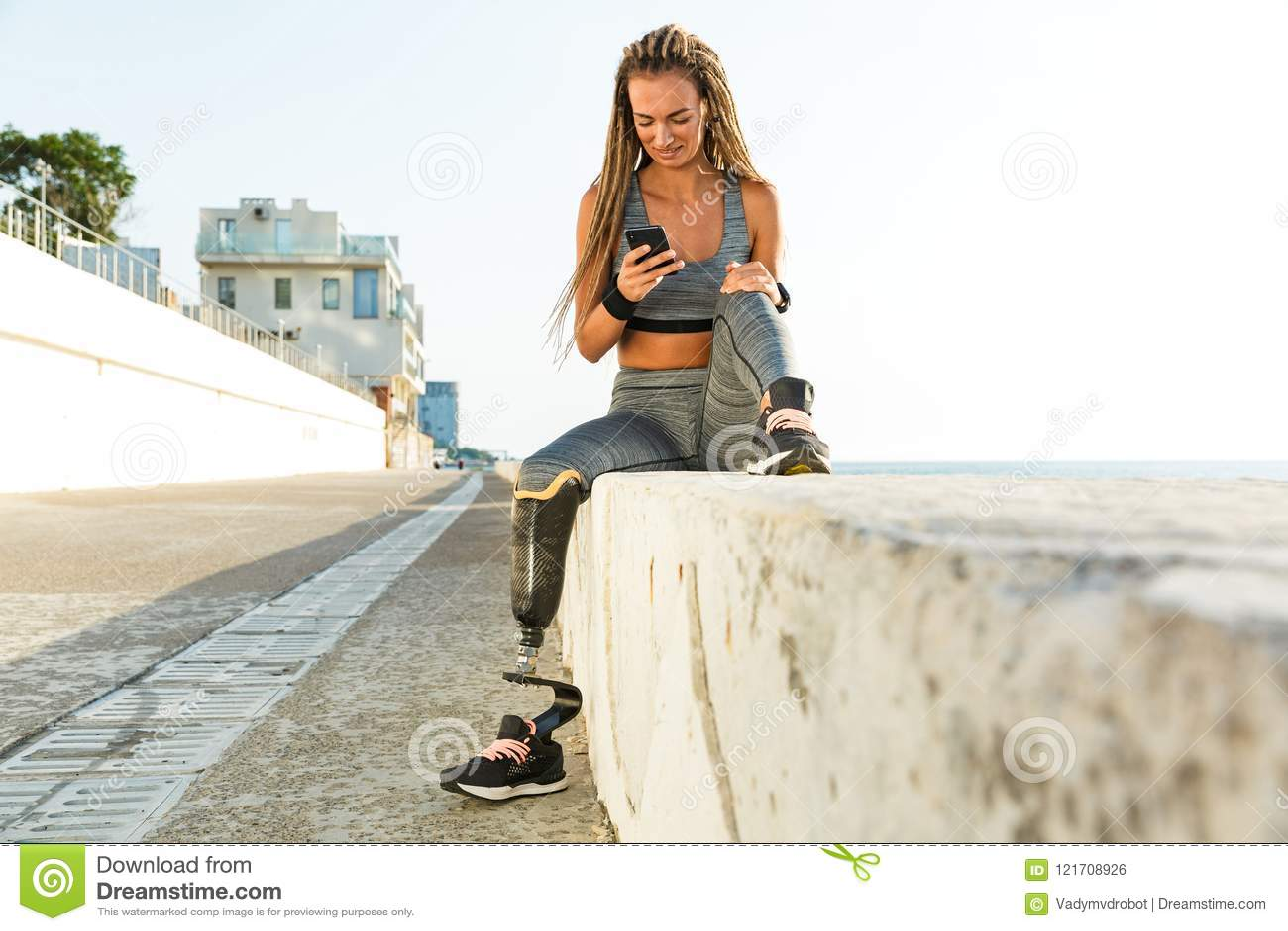 Glimlachende gehandicapte atletenvrouw met prothetisch been