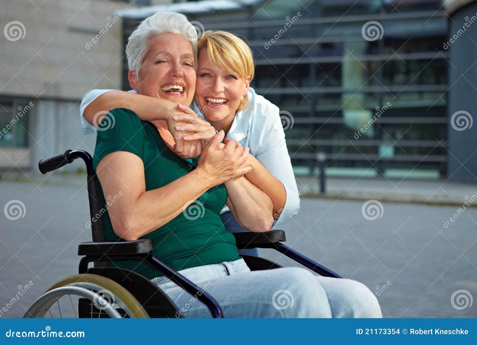 Glimlachende gehandicapte hogere vrouw