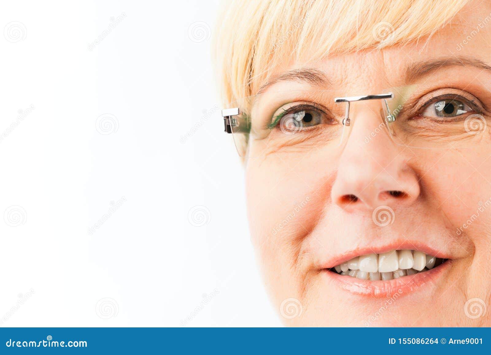 Glimlachende hogere vrouw
