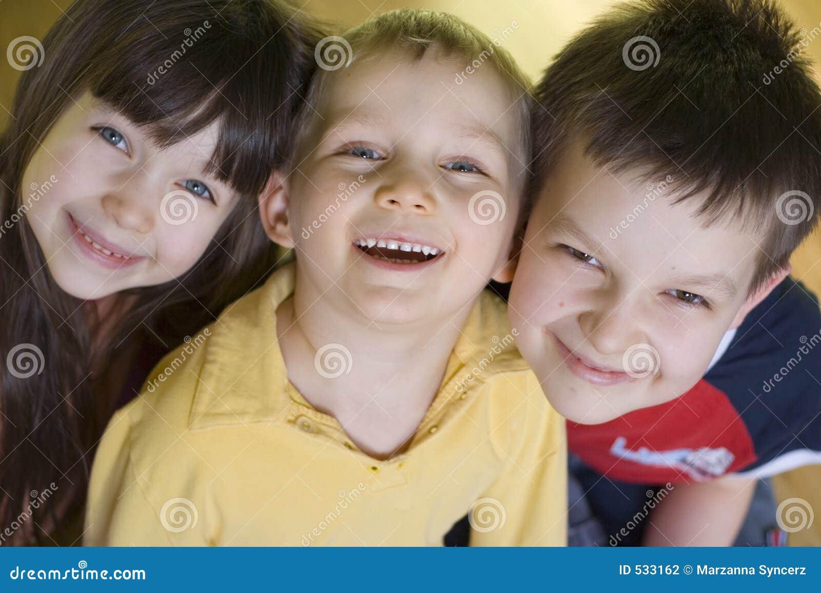 Glimlachende jonge geitjes