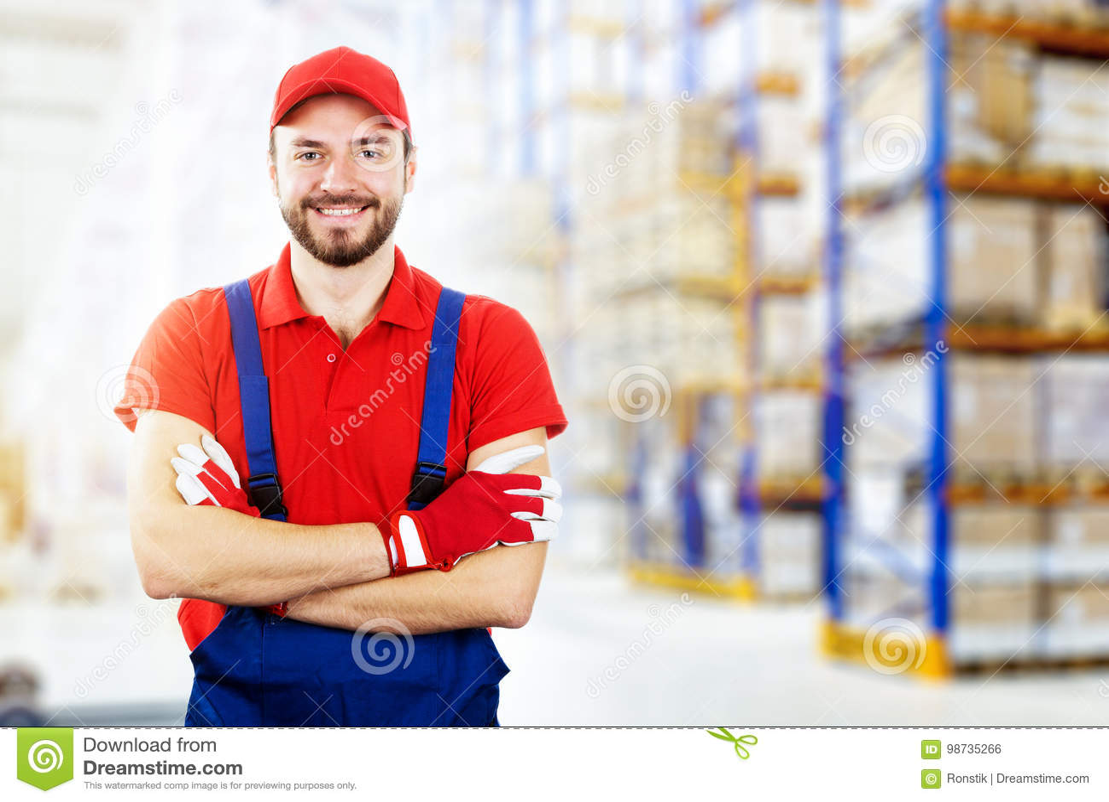 Glimlachende jonge pakhuisarbeider in rode eenvormig