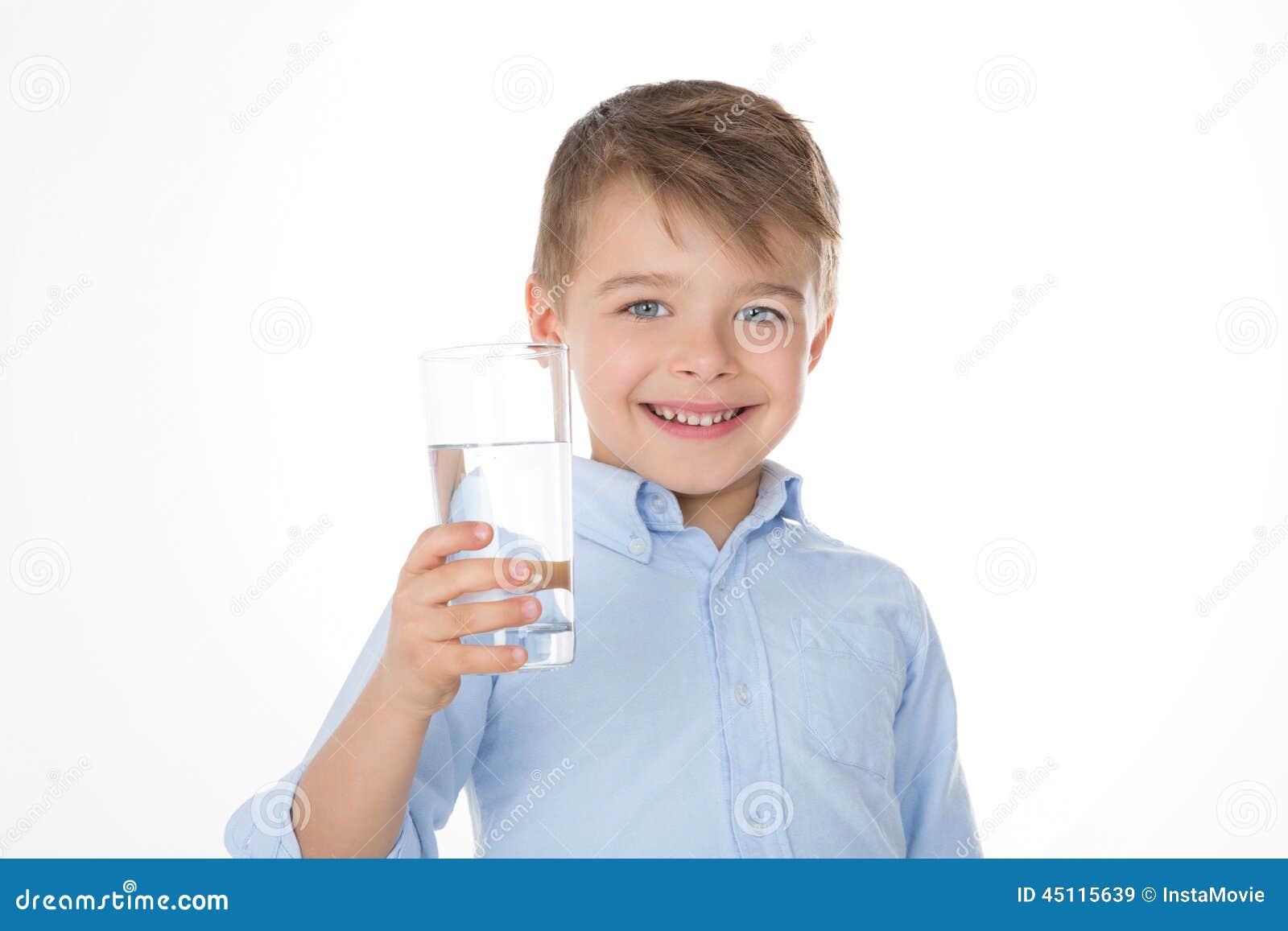 Glimlachende jongen met water