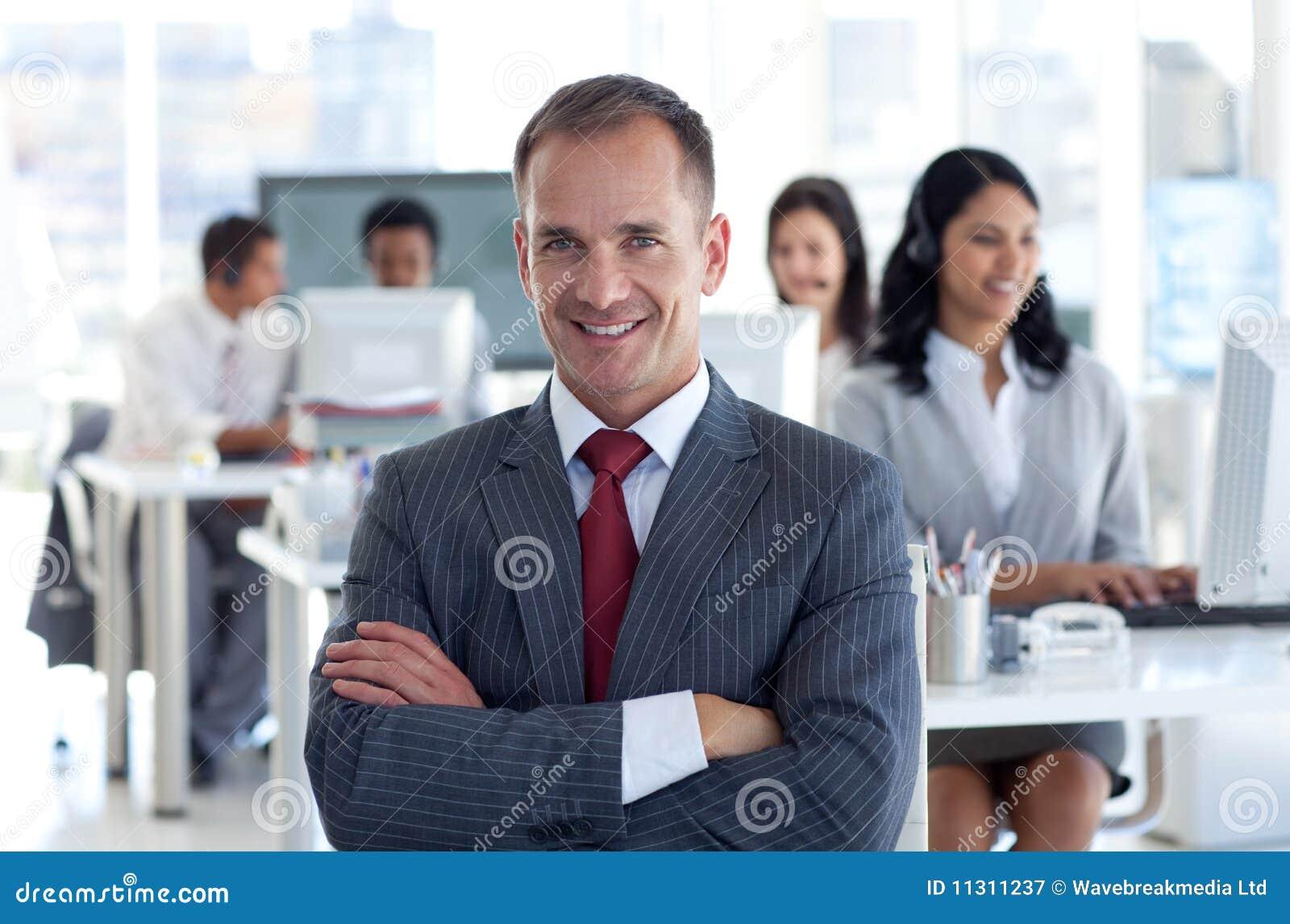 Glimlachende manager die zijn team leidt