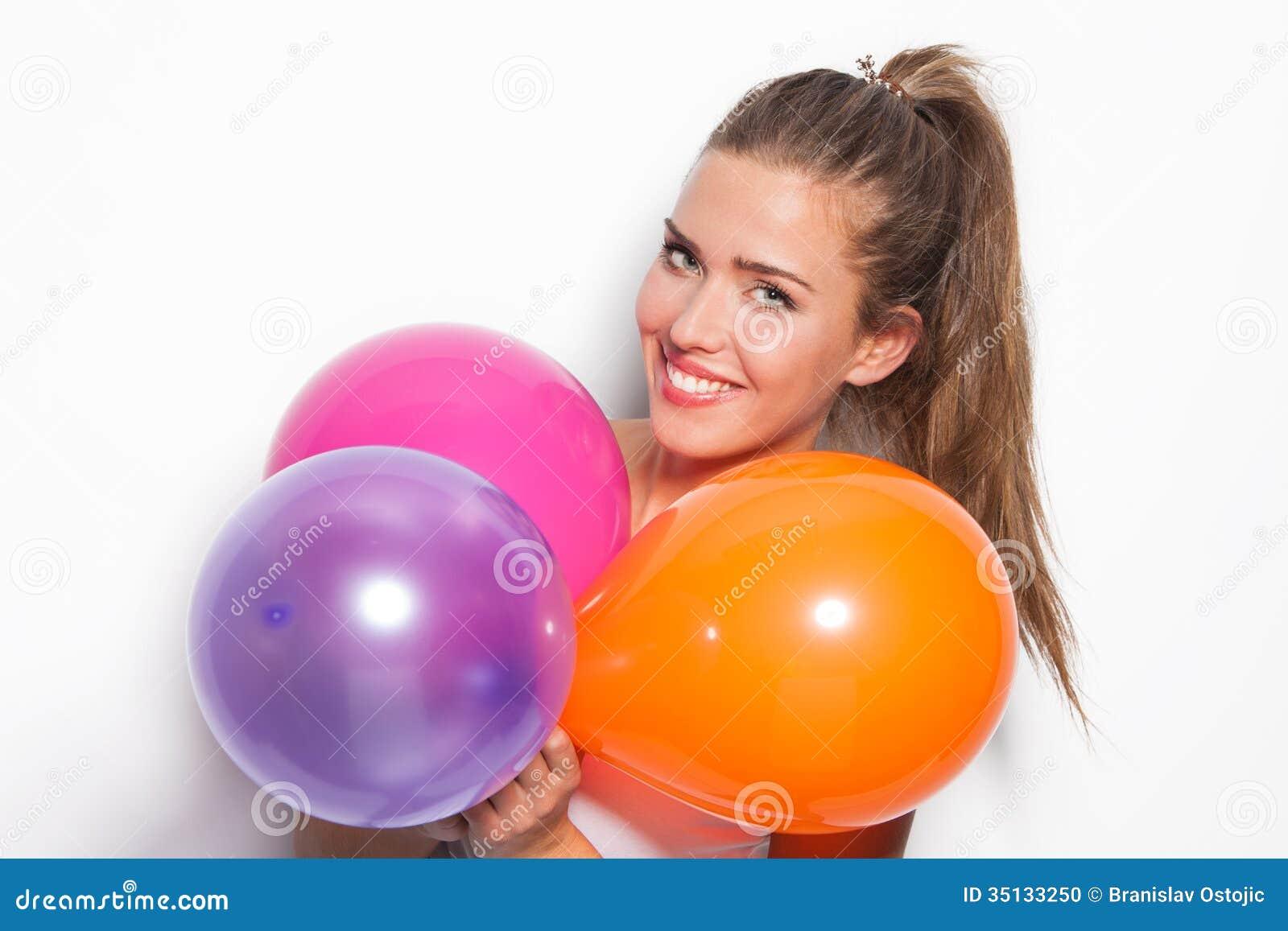 Glimlachende meisje en ballons