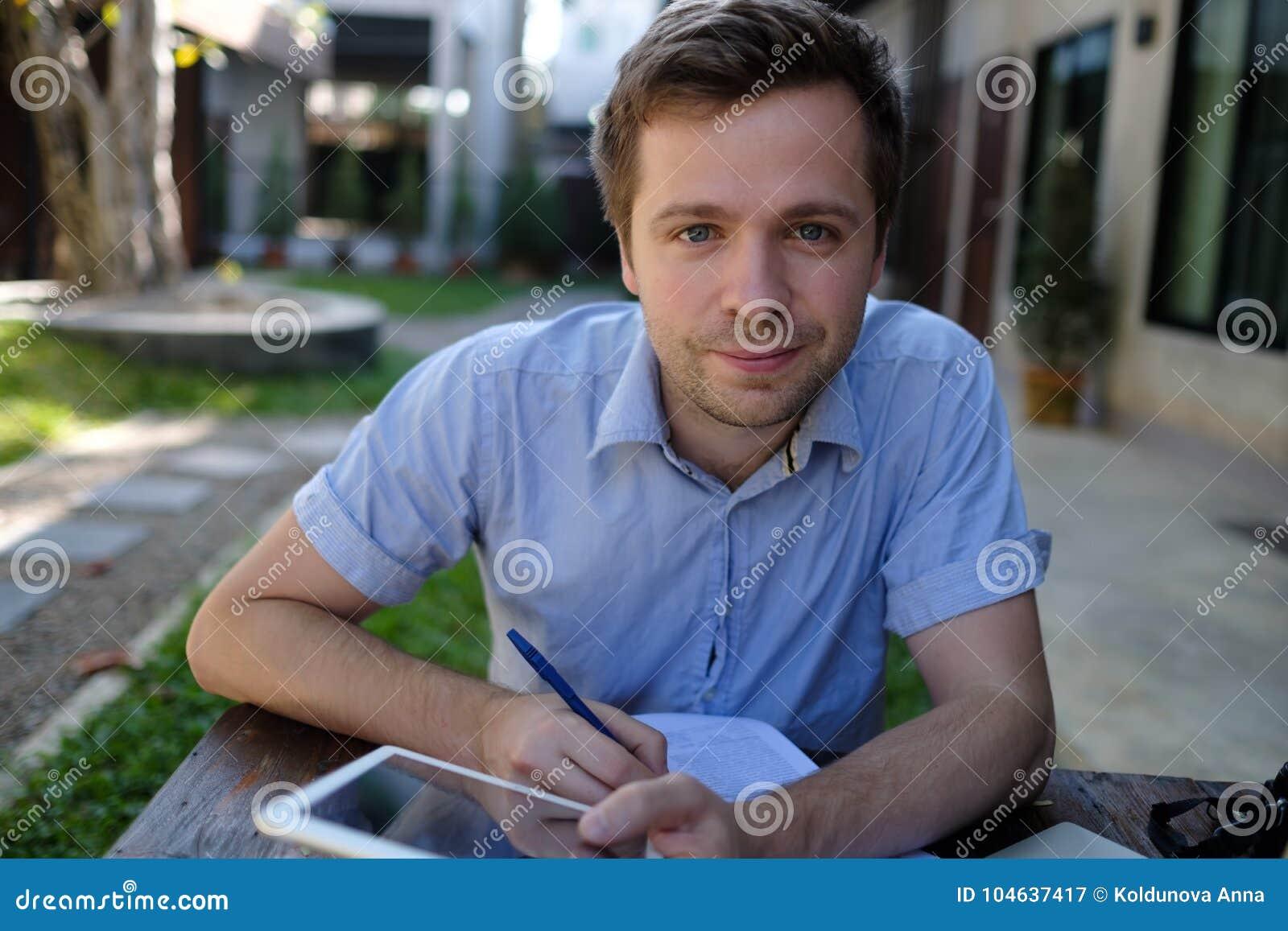 Download Glimlachende Mens Die Thuis Aan Laptop Computer Werken Stock Afbeelding - Afbeelding bestaande uit zaken, summer: 104637417