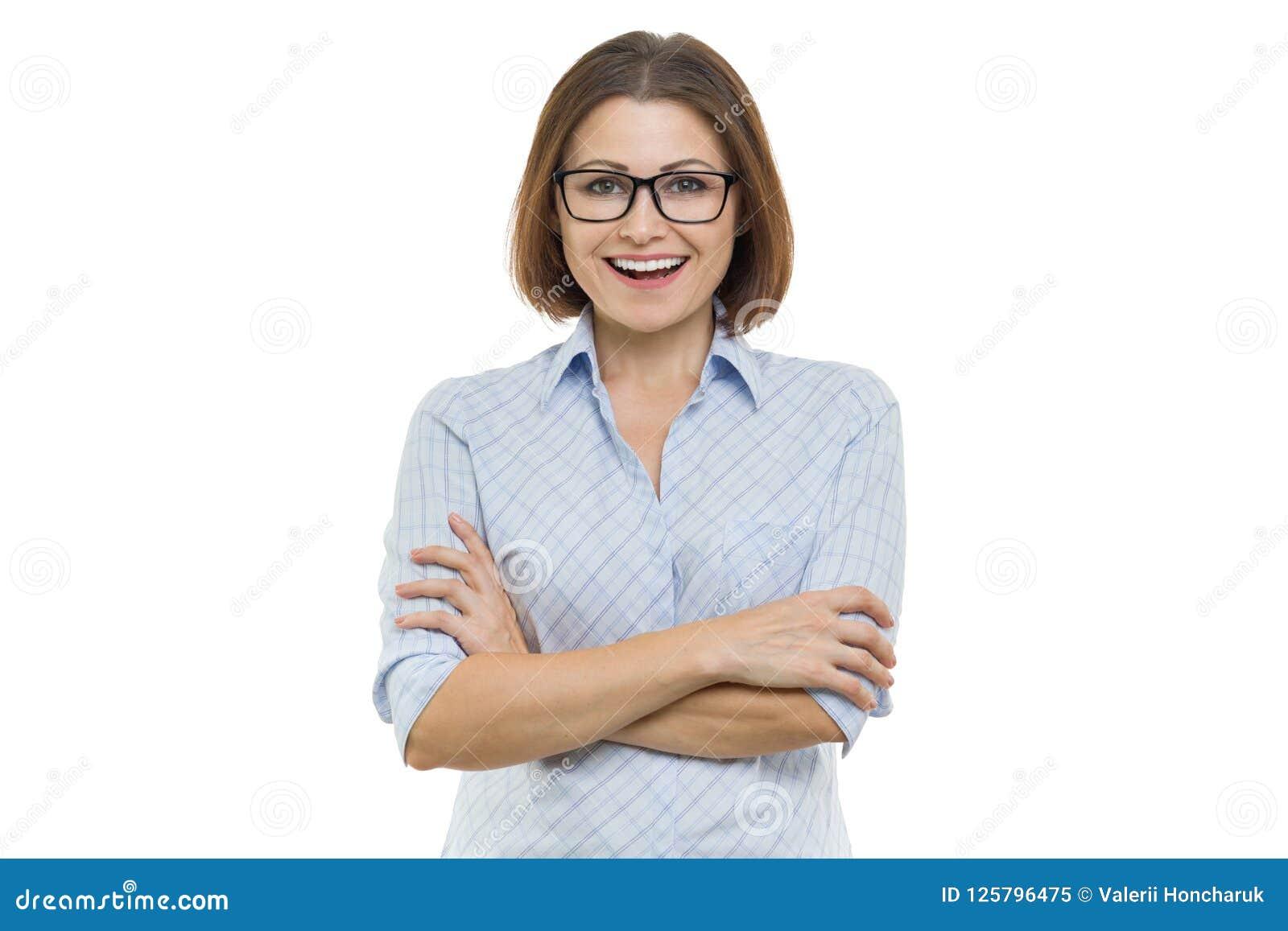 Glimlachende midden oude vrouw met gevouwen wapens op witte geïsoleerde achtergrond,