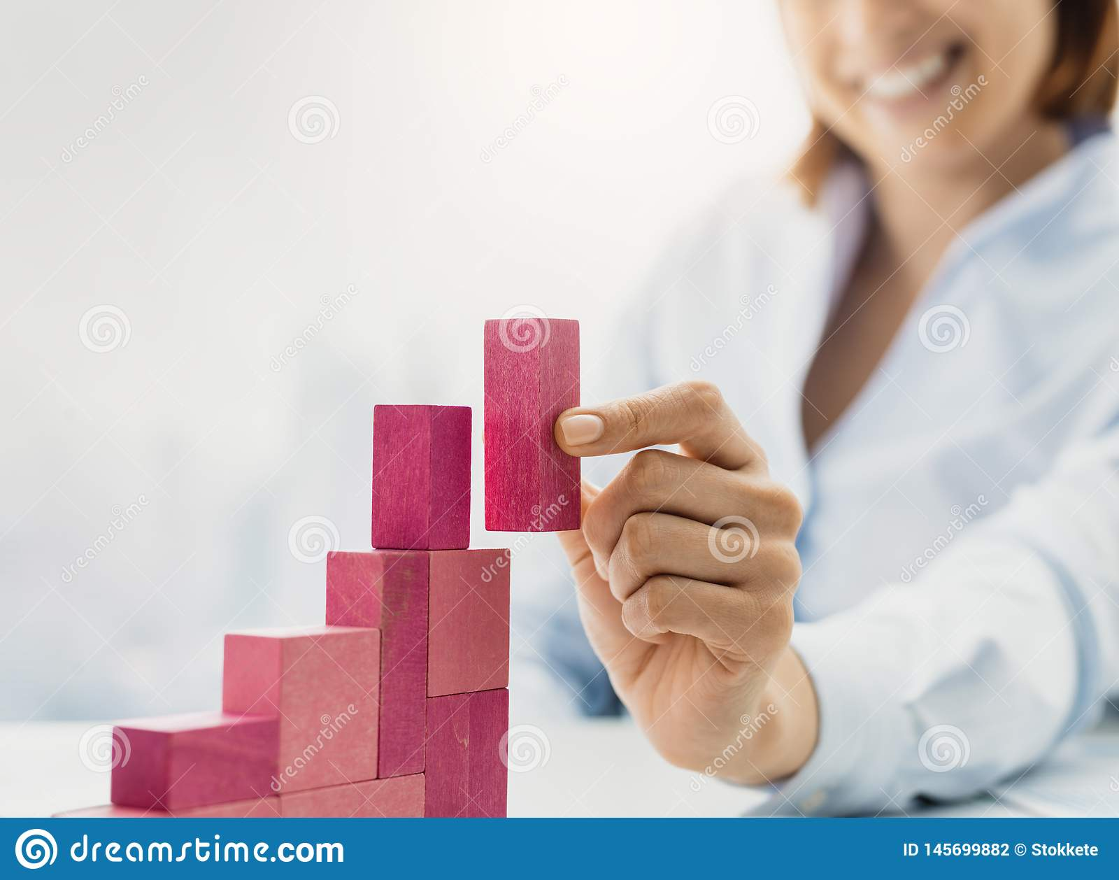 Glimlachende onderneemster die een succesvolle financi?le grafiek bouwen
