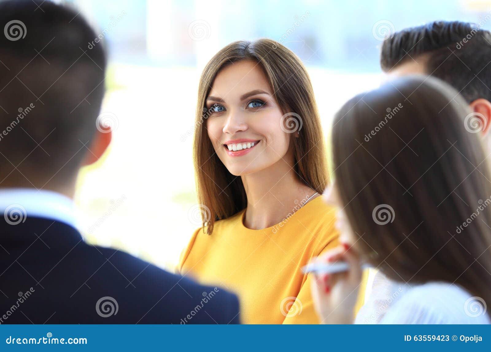 Glimlachende onderneemster met collega s