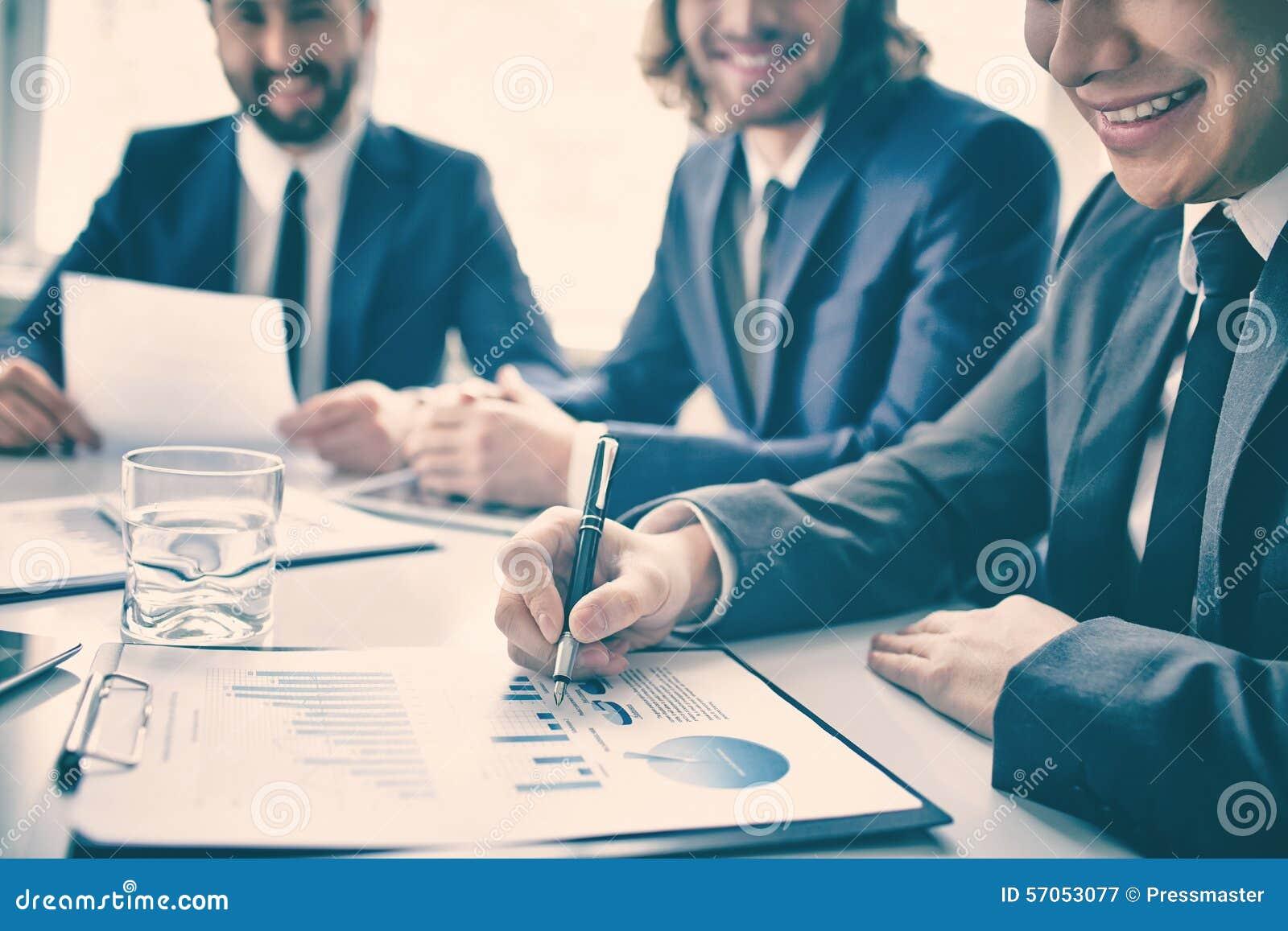 Glimlachende ondernemers gelukkig met het rapport