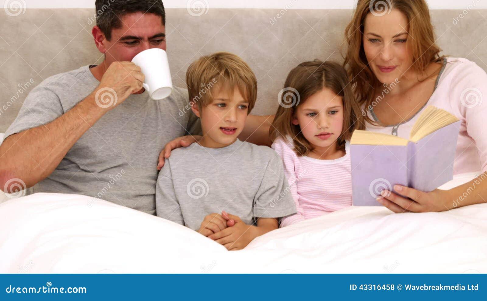 Gelukkige ouders en kinderen die samen kleuren stock footage ...