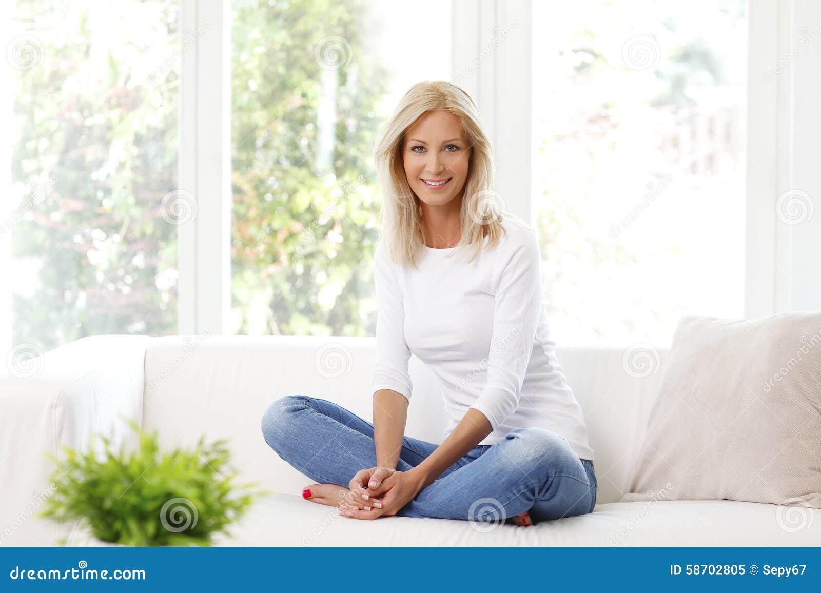 Glimlachende rijpe vrouw
