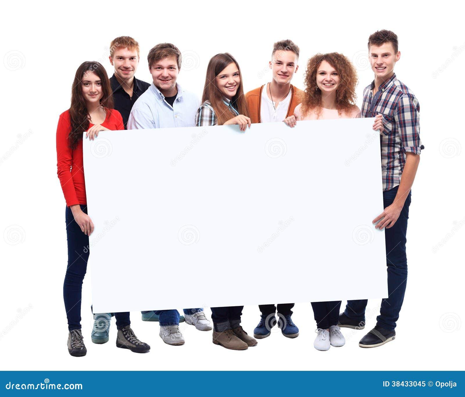 Glimlachende vrienden die lege banner houden