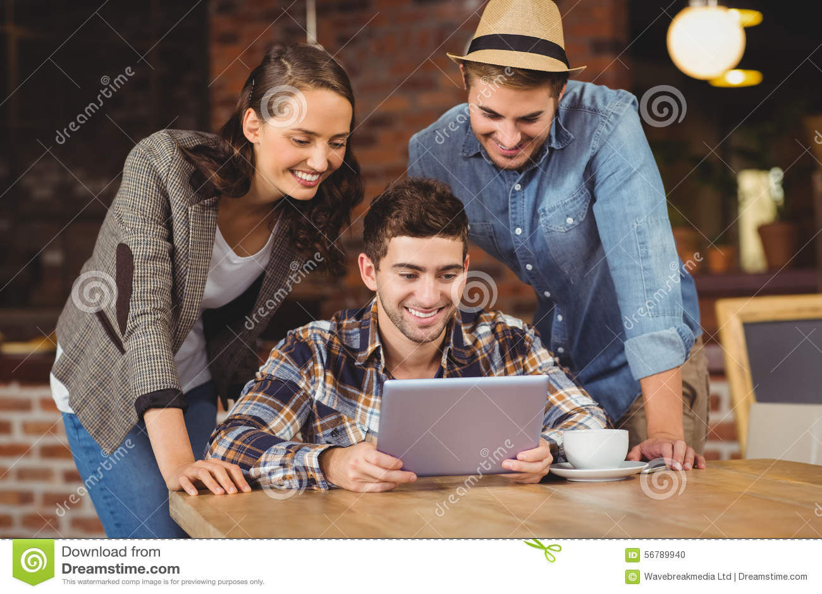 Glimlachende vrienden die tabletcomputer bekijken