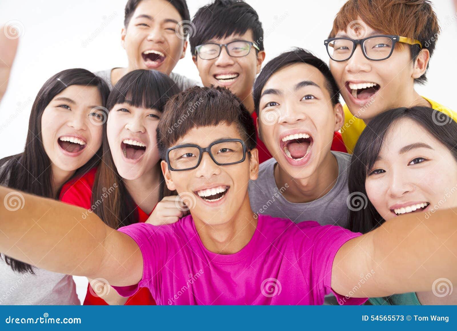 Glimlachende vrienden met camera die zelffoto nemen