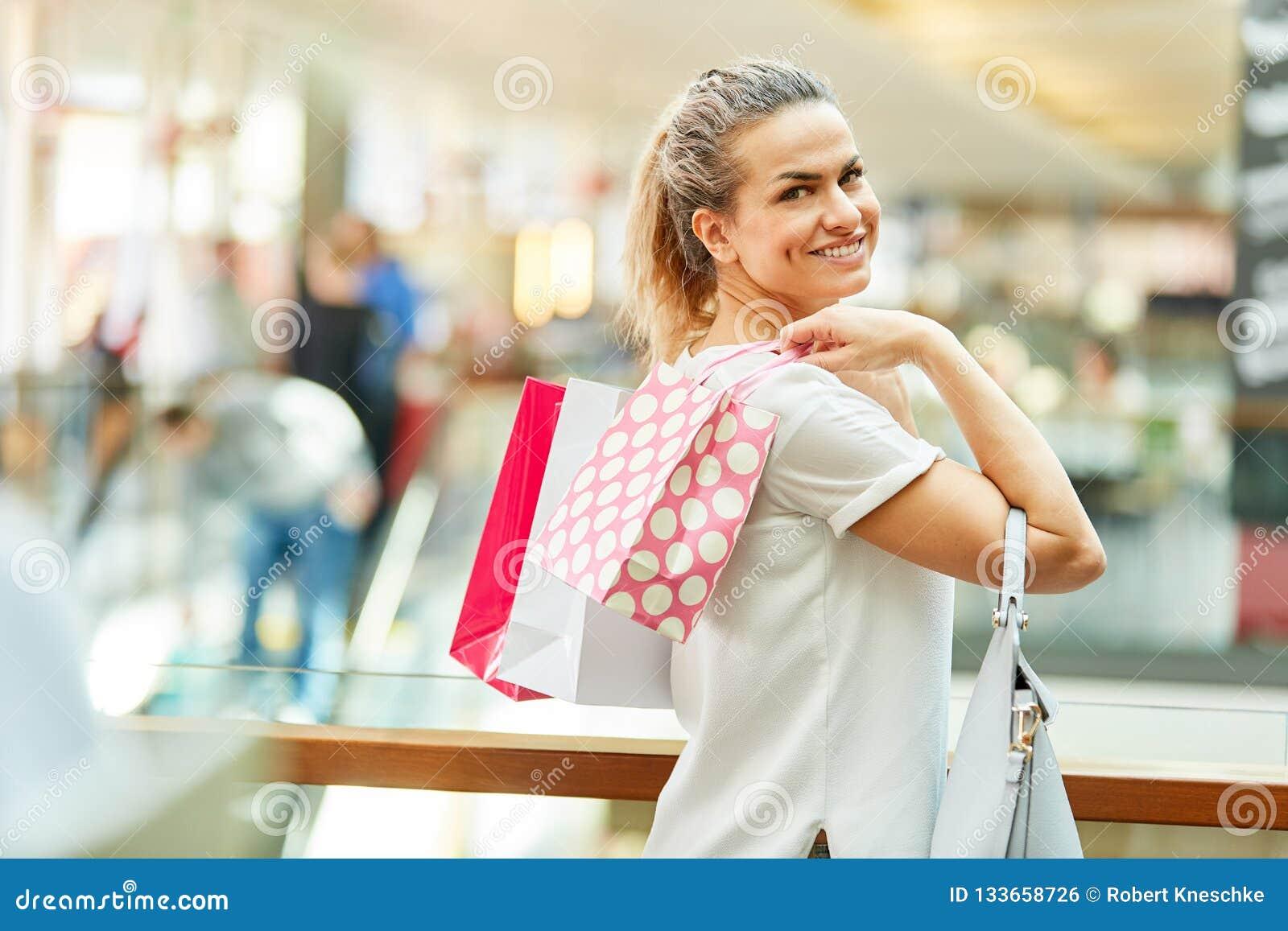 Glimlachende vrouw als klant in kleinhandel
