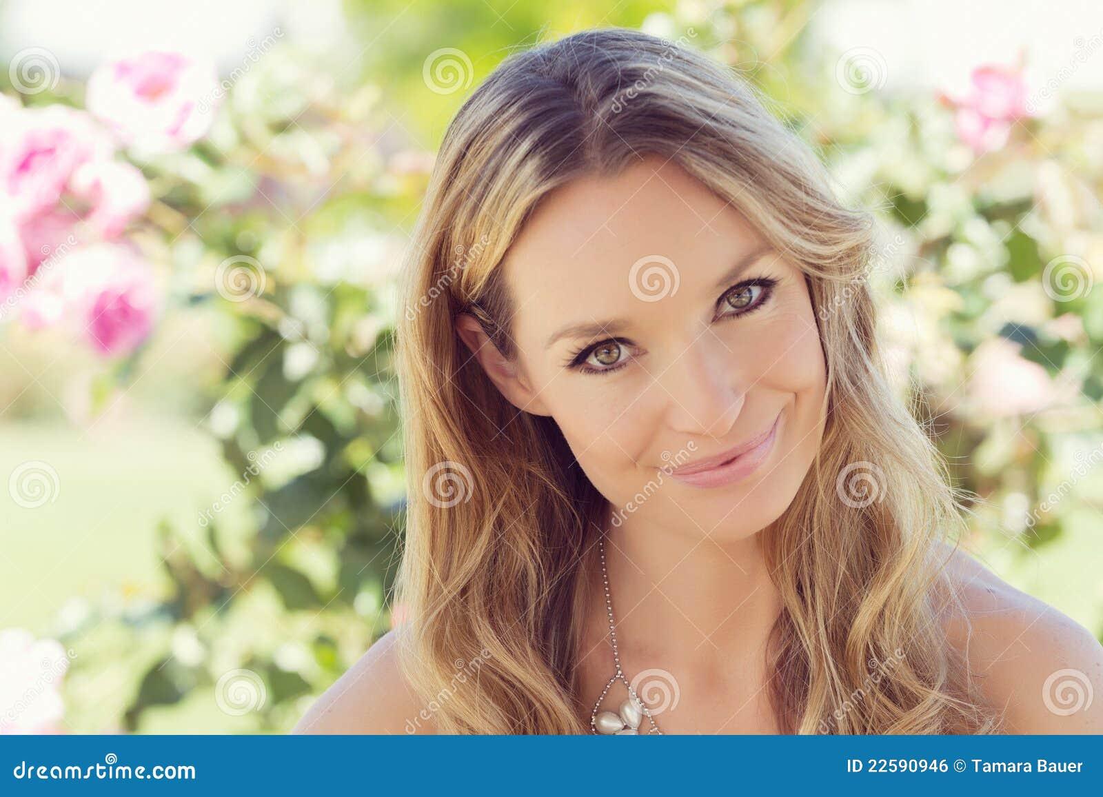 Glimlachende vrouw in de lente