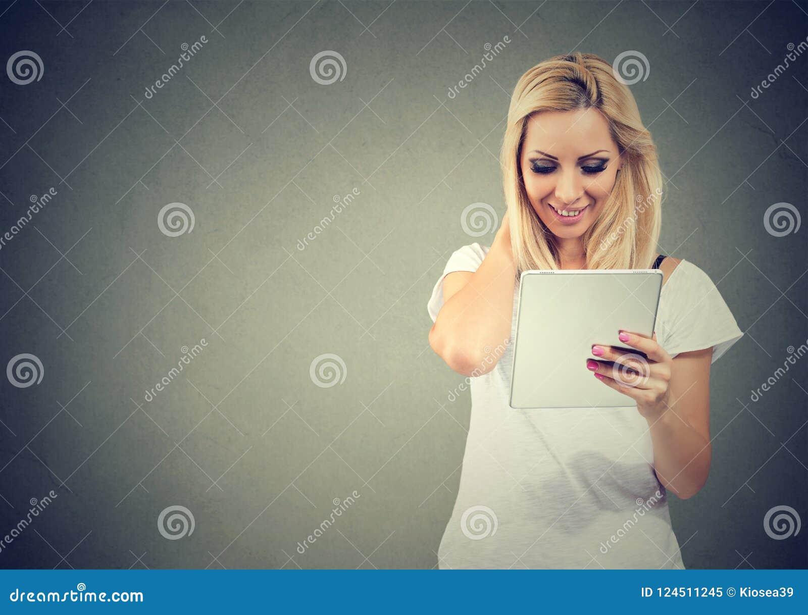 Glimlachende vrouw die moderne tablet gebruiken