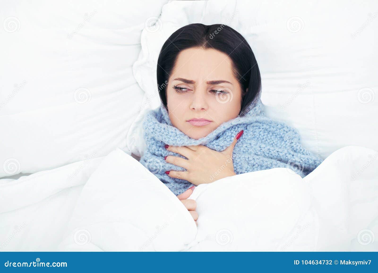 Download Glimlachende Vrouw Onder Een Dekbed In Haar Slaapkamer Stock Foto - Afbeelding bestaande uit slaapkamer, gelukkig: 104634732
