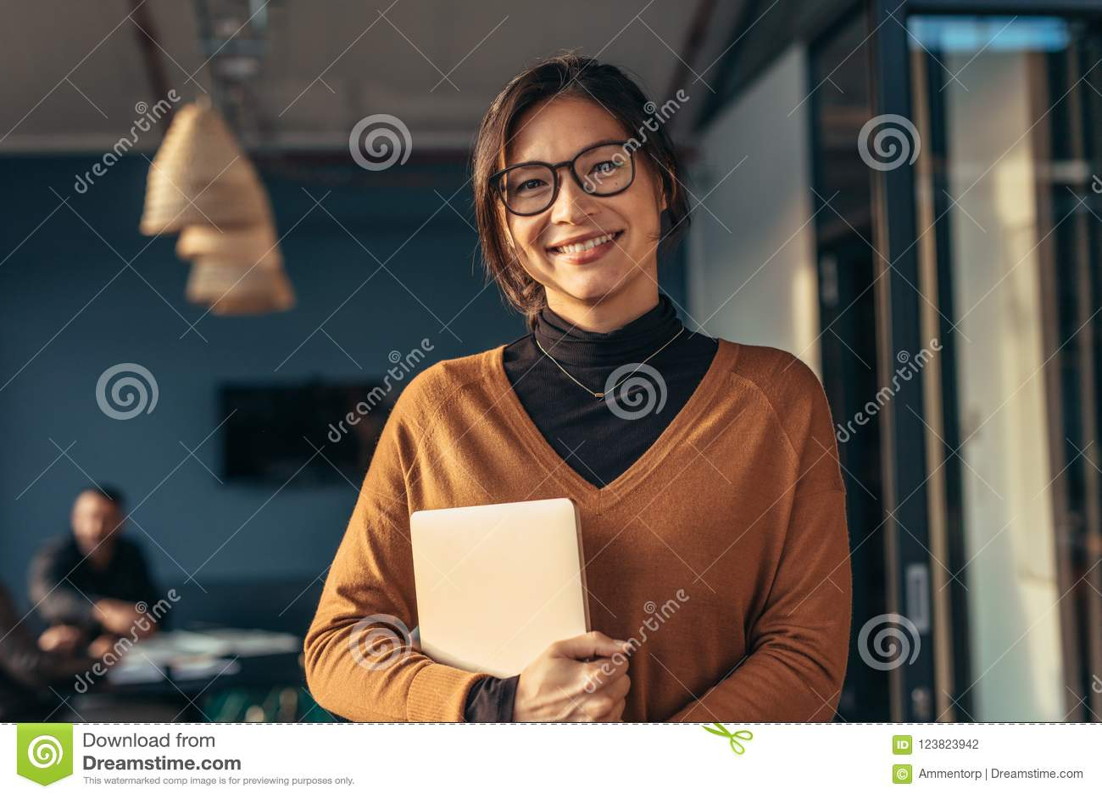 Glimlachende vrouw in toevallig in bureau