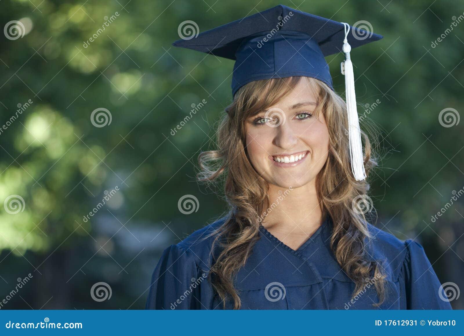 Glimlachende Vrouwelijke Gediplomeerde