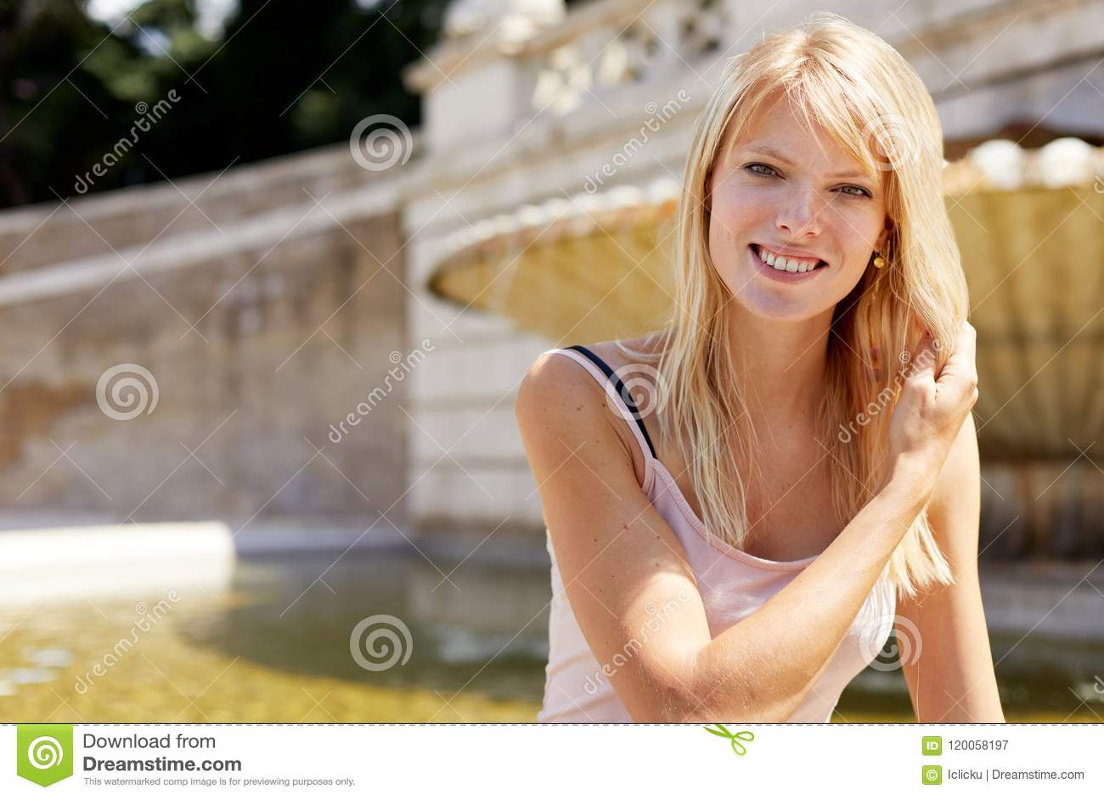 Glimlachende vrouwen buiten gezet in piazza del popolo