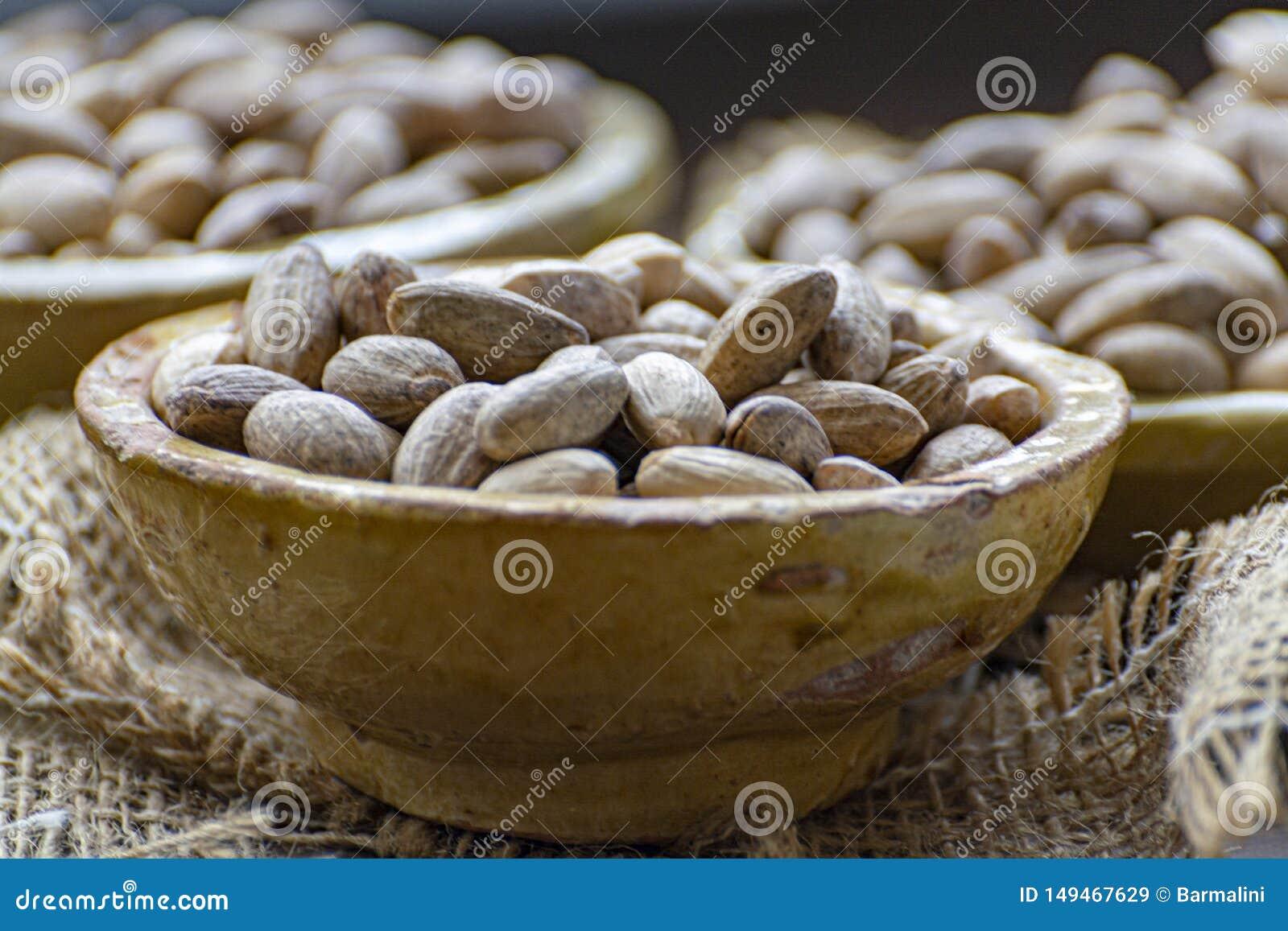 Gliniani puchary z wysuszonymi pistacjowymi dokr?tkami zamykaj? w g?r?