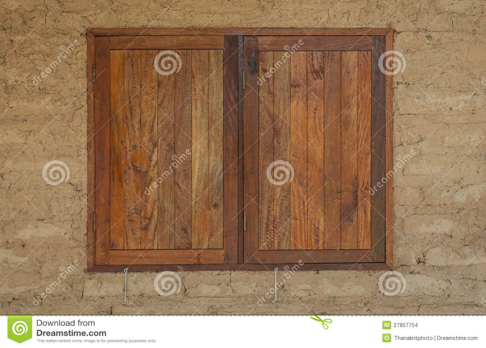 Gliniany dom drewniany okno