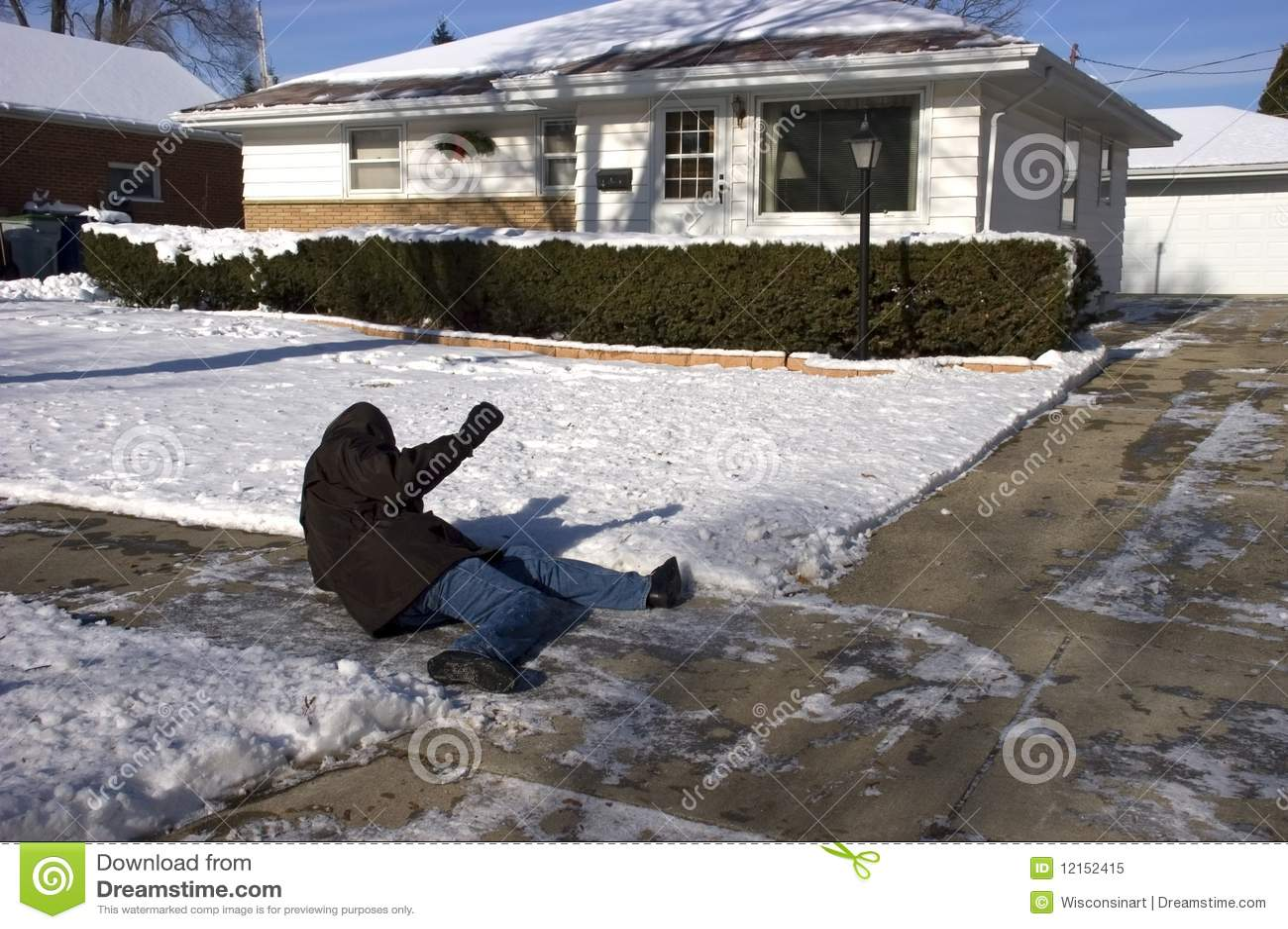 Glissade, automne sur le trottoir glacial, accident à la maison