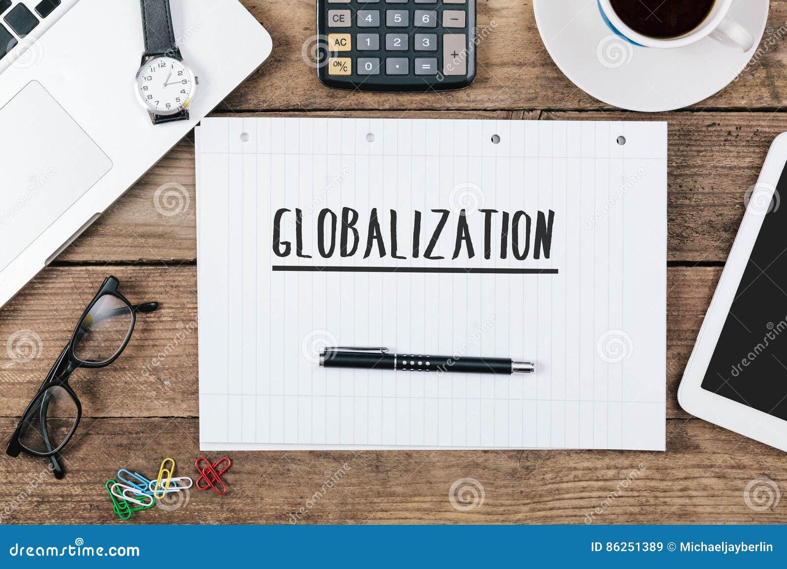Globalisering op notitieboekje op bureau met computer technolog