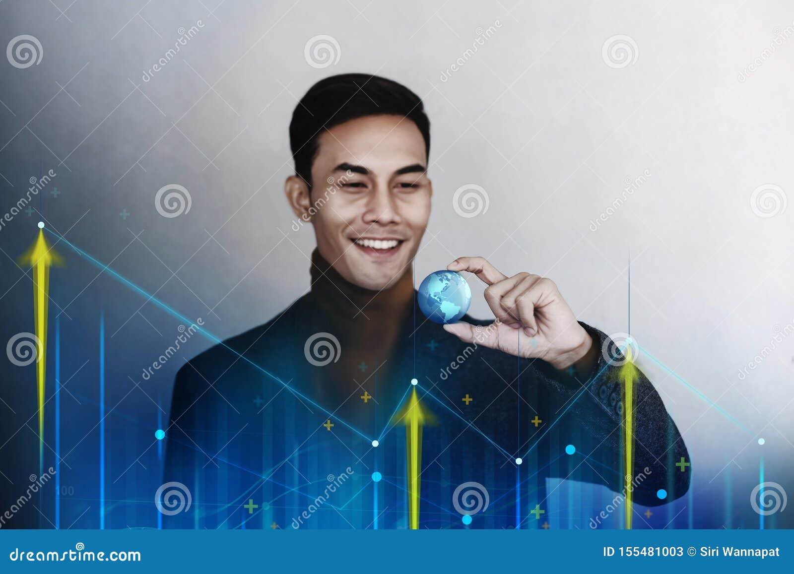 Globalización y concepto mundial del márketing de negocio Hombre de negocios sonriente feliz que sostiene un globo azul transpare