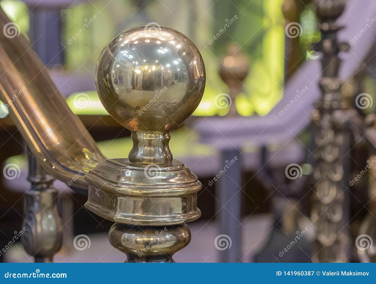 Globe brillant en bronze à la balustrade d échelle d extrémité