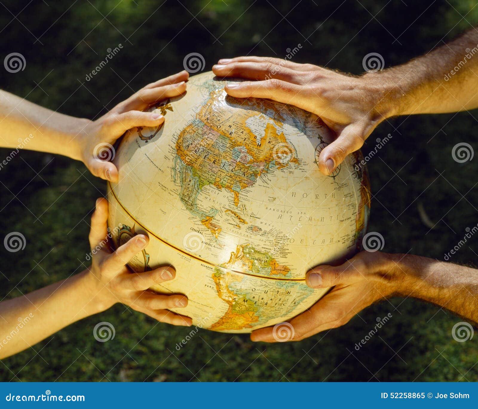Globe dans des mains, soin environnemental