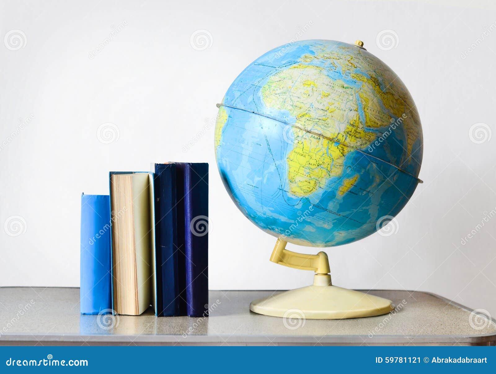 Globe et livres d école de vintage sur la table