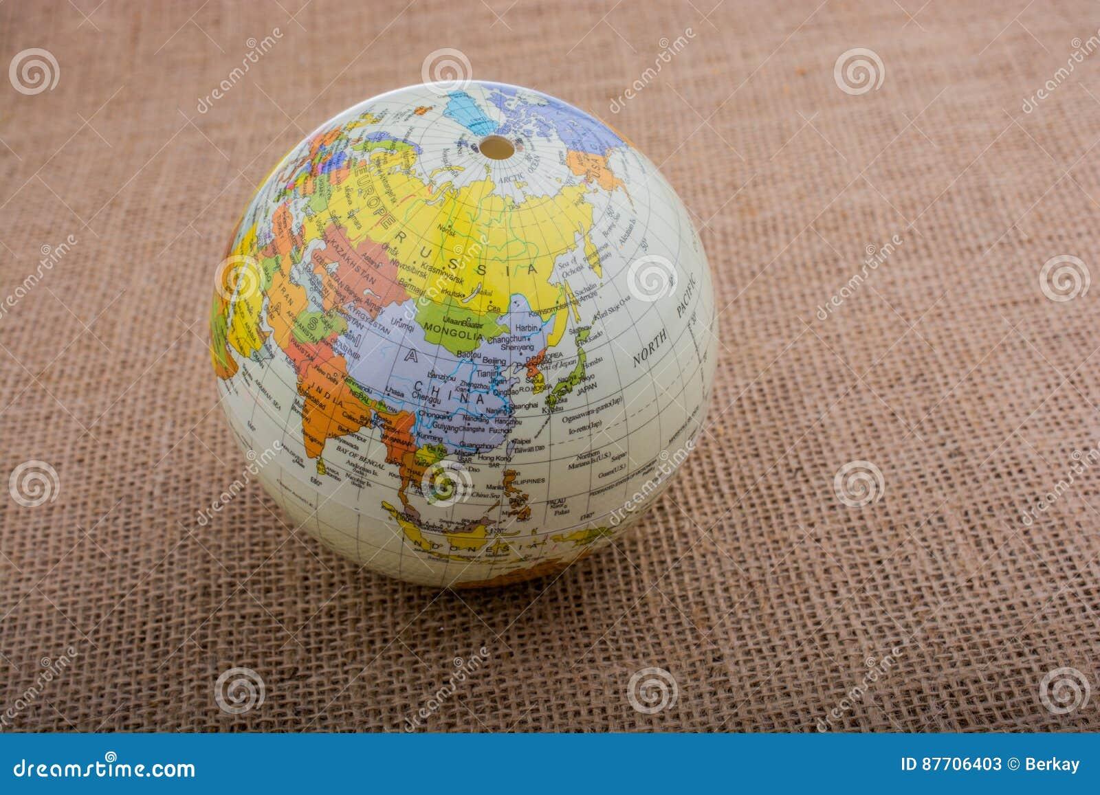 Globe sur un fond brun de tissu