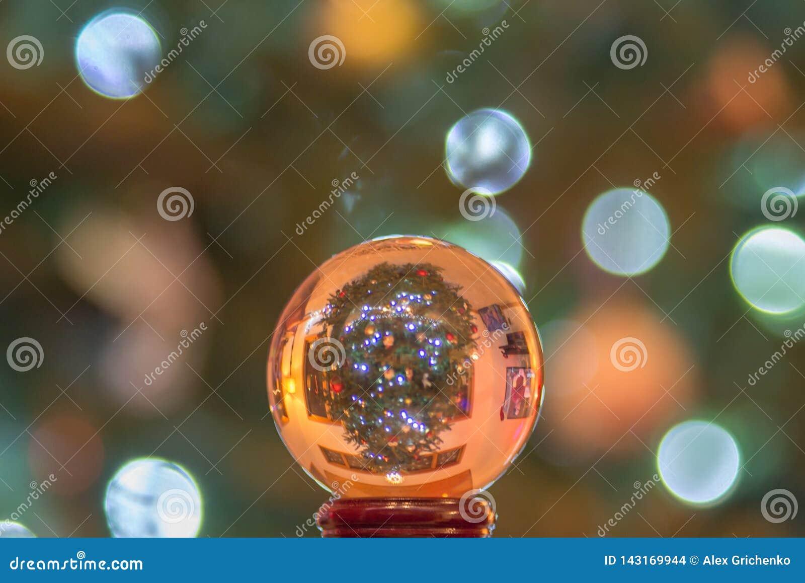 Globo da bola de cristal com a árvore de Natal acima do lado para baixo
