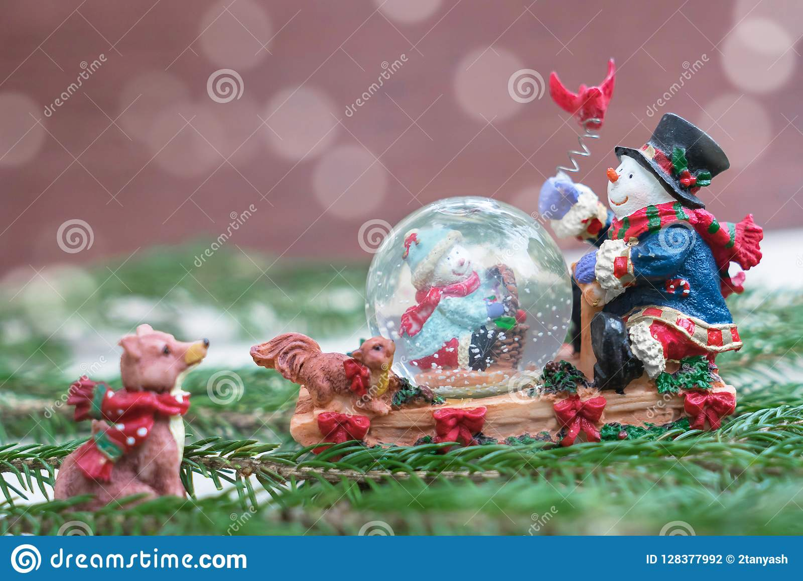 Globo de la nieve de la Navidad con los muñecos de nieve felices